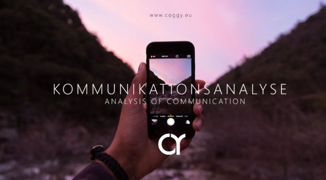 Werbemotiv für COGGY Kommunikationsanalyse – Eine Handyfoto wird im Sonnenuntergang gemacht – die Welt und das Medium sind verbunden