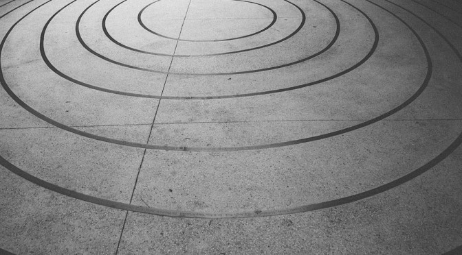 Eine Bewegung in Kreisen auf die Mitte zu